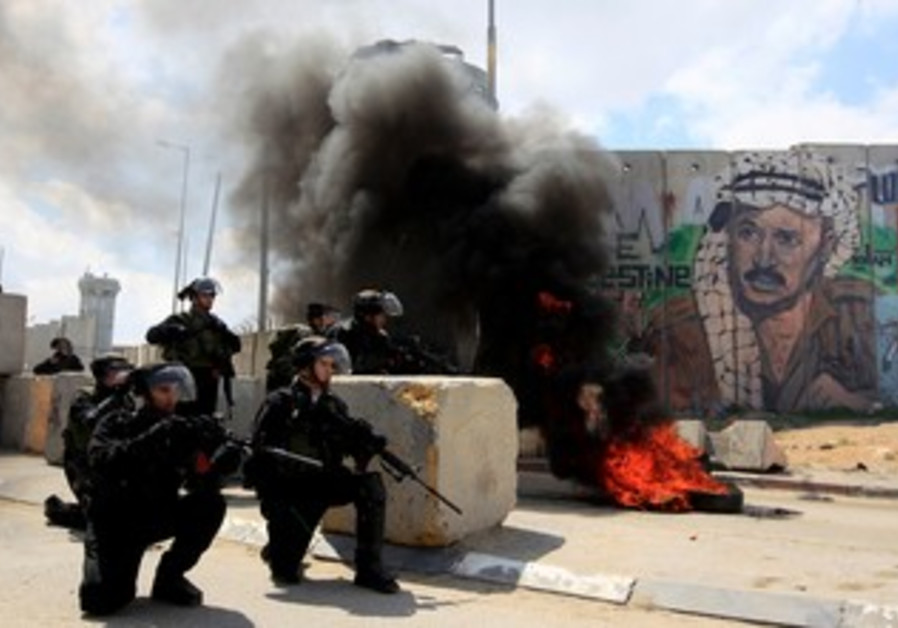 Border Police clash with Palestinians at Kalandiya