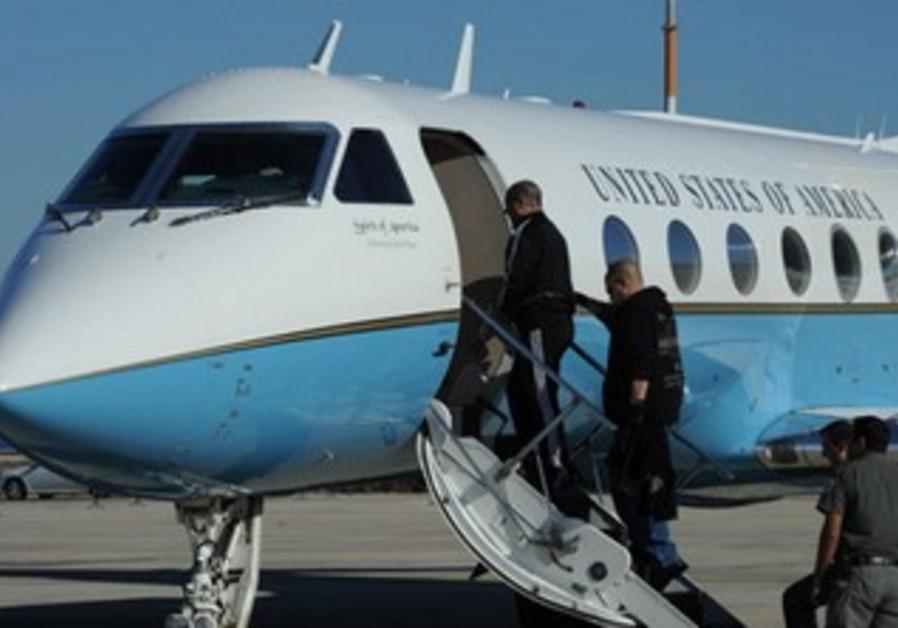 Prisoner board plane extradition (illustrative)