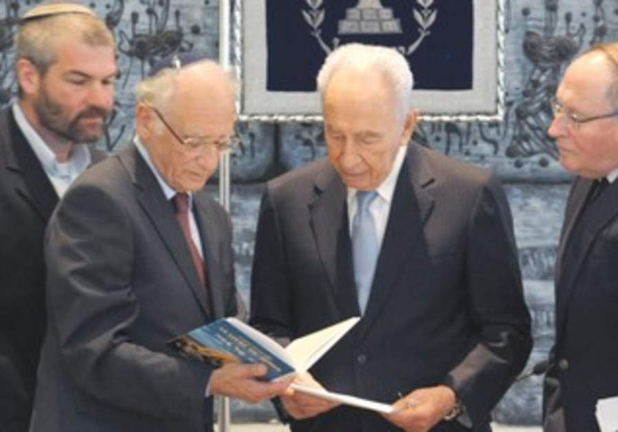 Peres receives memorial Haggada