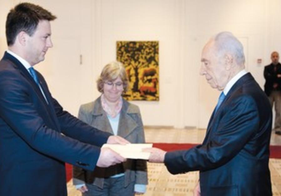 Georgian envoy to Israel Archil Kek and Peres