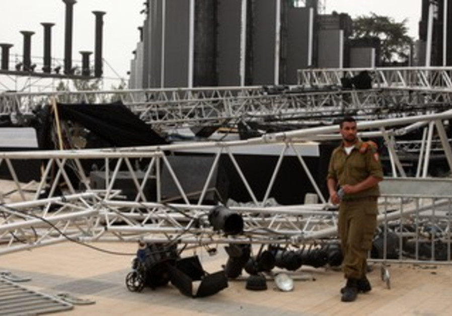 Lighting rig falls at Har Herzl
