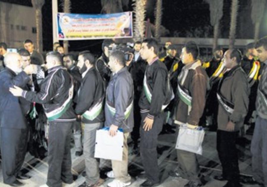 Freed Palestinian prisoners honored entering Gaza