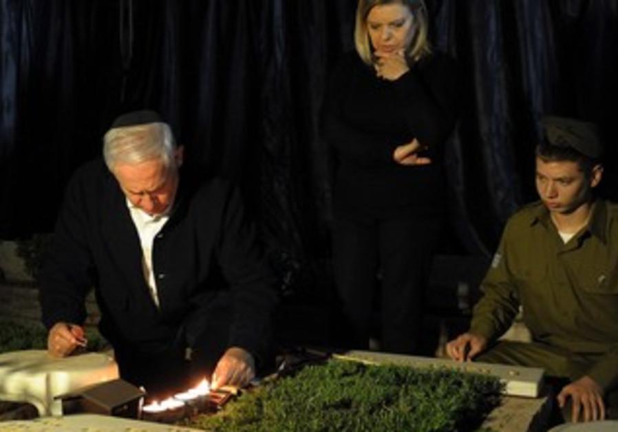 Netanyahu family at grave of Yoni Netanyahu