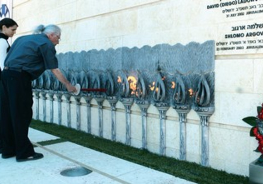 Israelis light candles at Remembrance Day ceremony