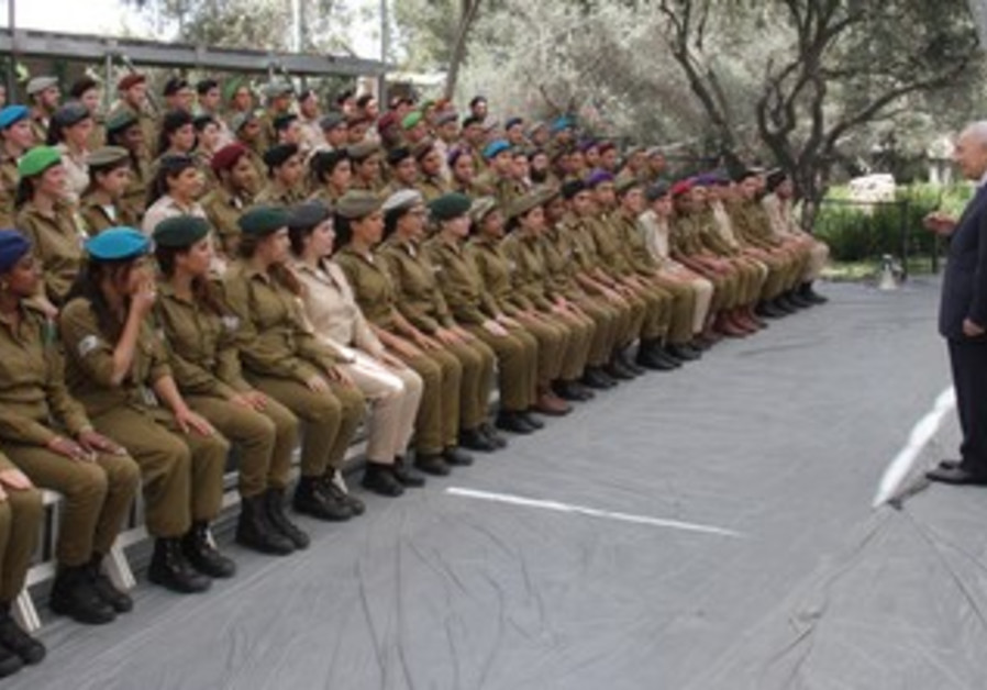 Shimon Peres addresses IDF soldiers