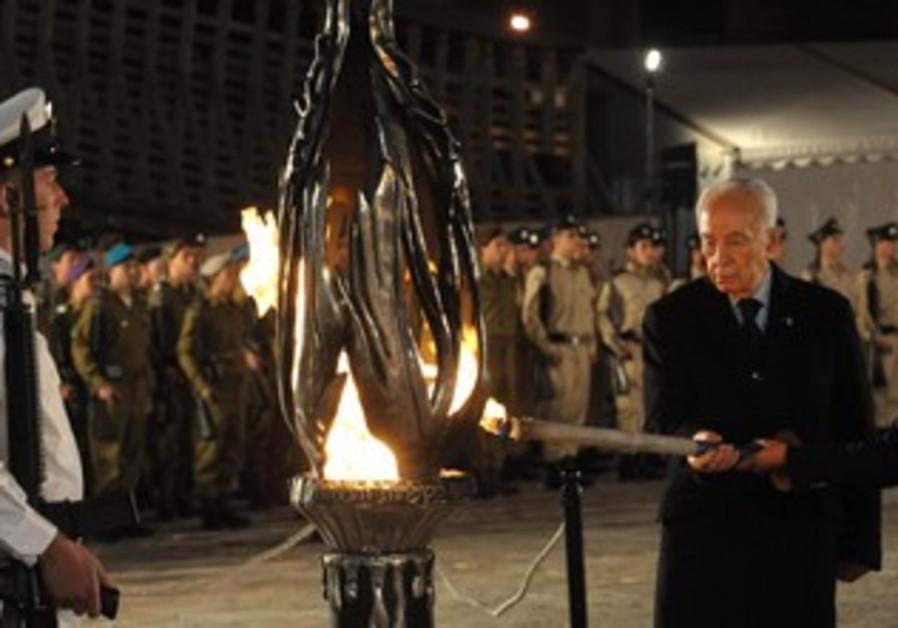 Shimon Peres at Yom Hazikaron.
