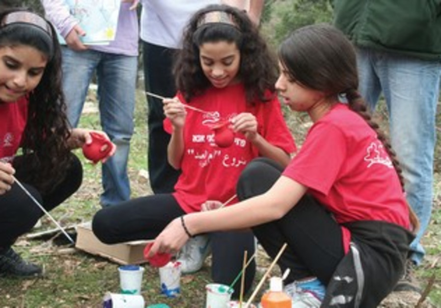Arab and Jewish children play in INPA project