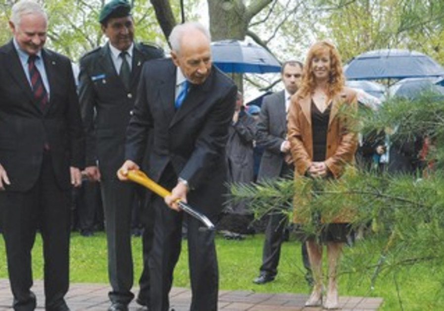 Shimon Peres plant tree in Canada