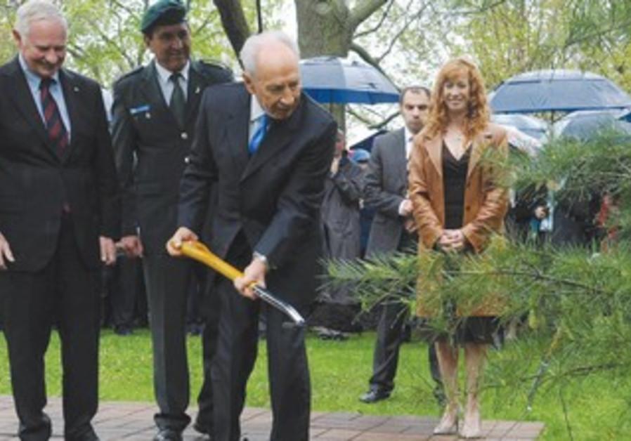 Shimon Peres plant tree in Canada
