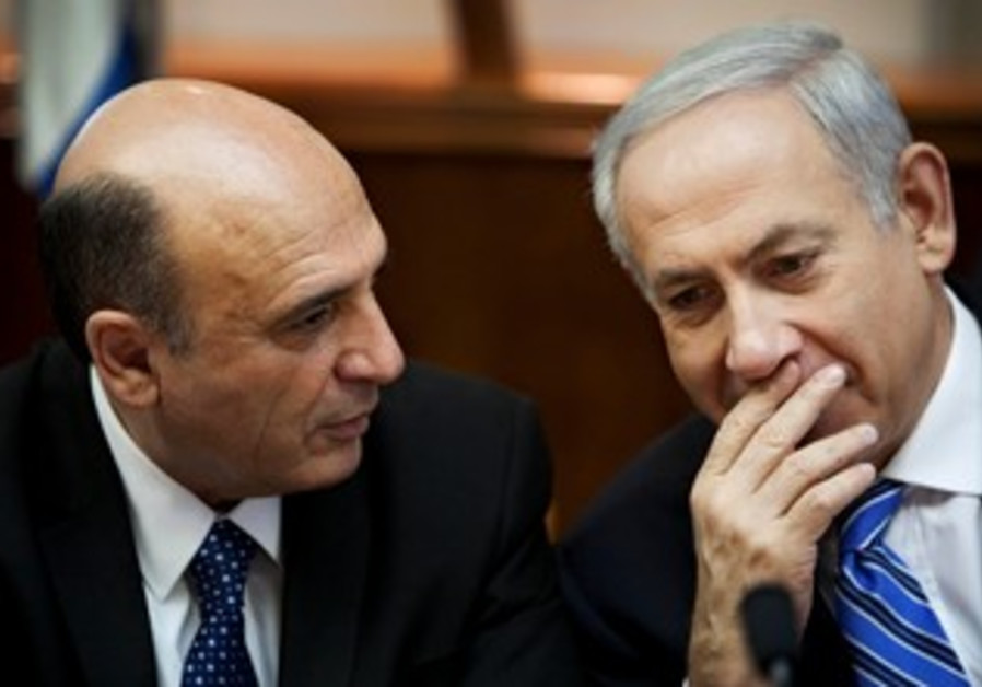 Mofaz and Netanyahu at cabinet meeting