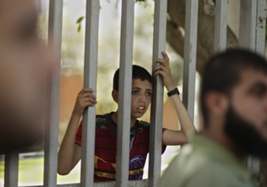 Palestinians in Gaza rally to free hunger strikers
