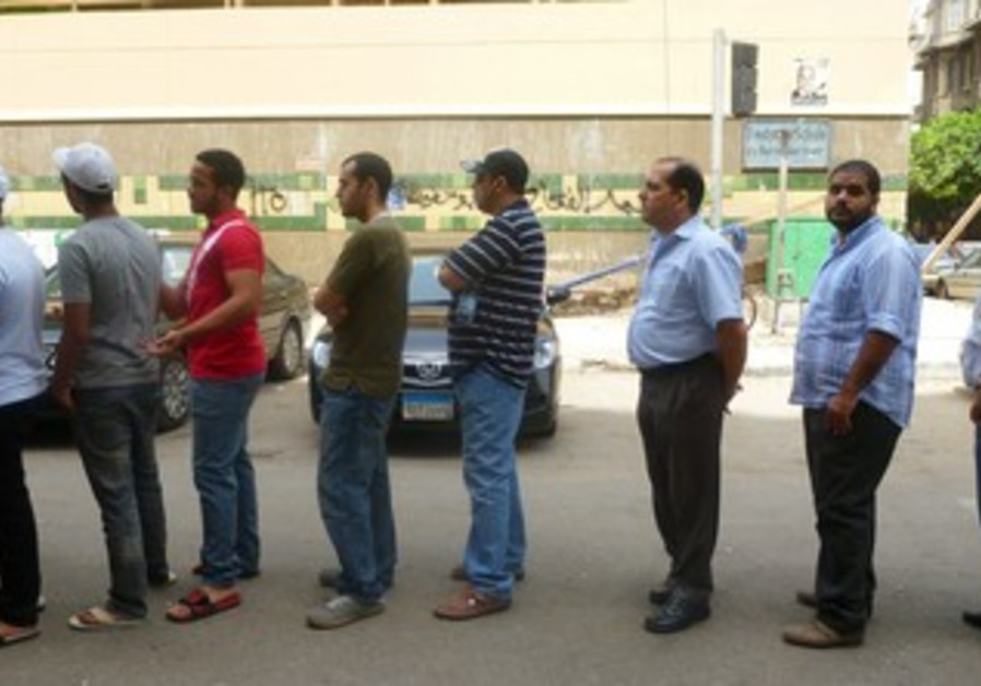 Egyptians line up to vote in Egypt