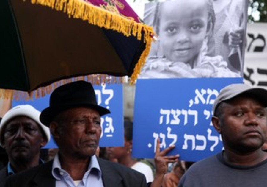 Ethiopian Israelis demonstrate outside PMO in J'le