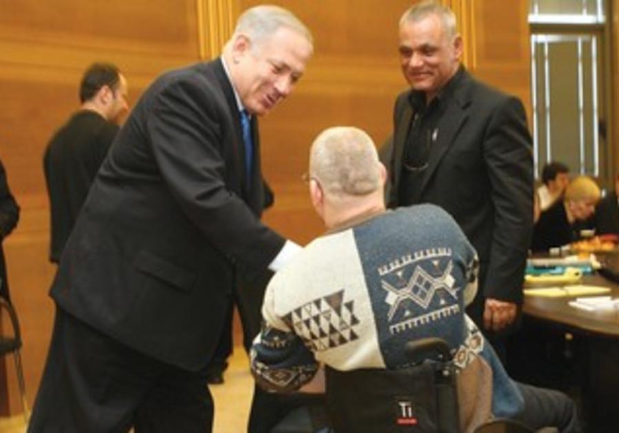 Netanyahu shakes hands with disabled veteran