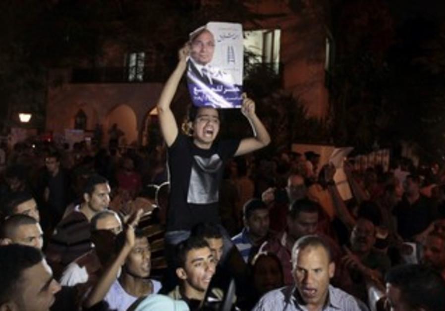Ahmed Shafiq supporters shout slogans