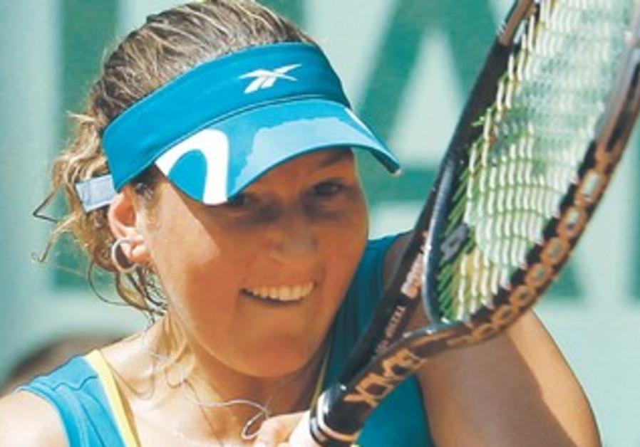SHAHAR PE'ER returns the ball to Ana Ivanovic