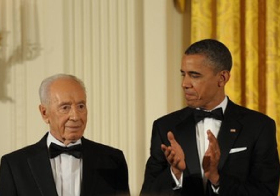 Obama presents Peres with Medal of Freedom