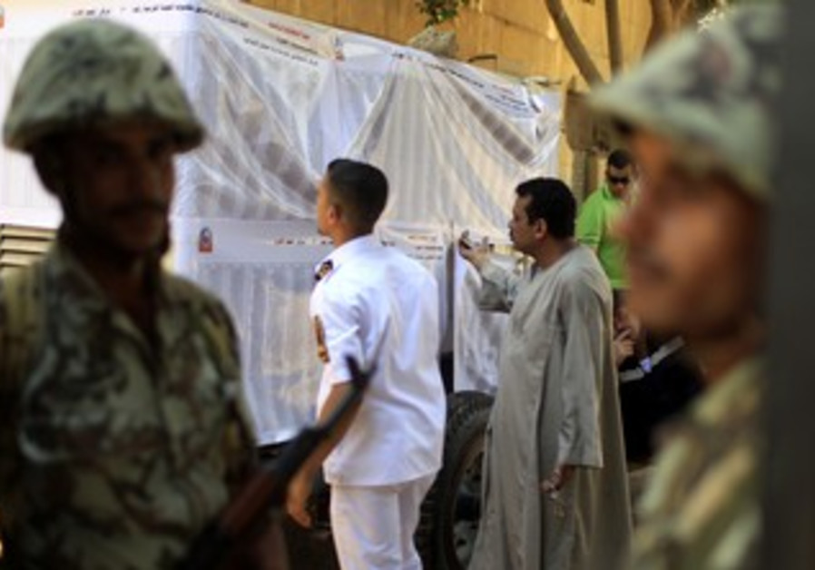 Egyptian soldiers at polling station in Cairo