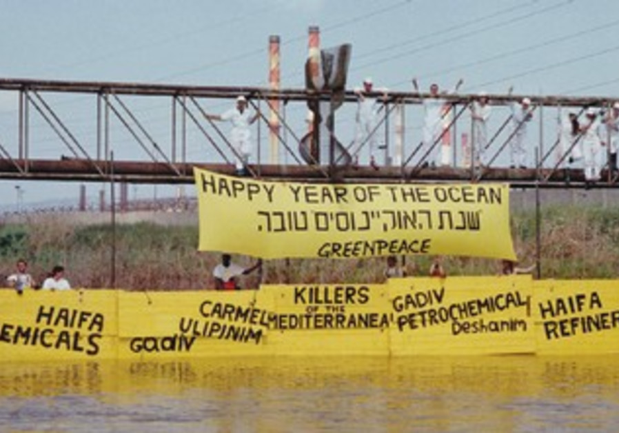 Greenpeace activists try to stop Kishon pollutants