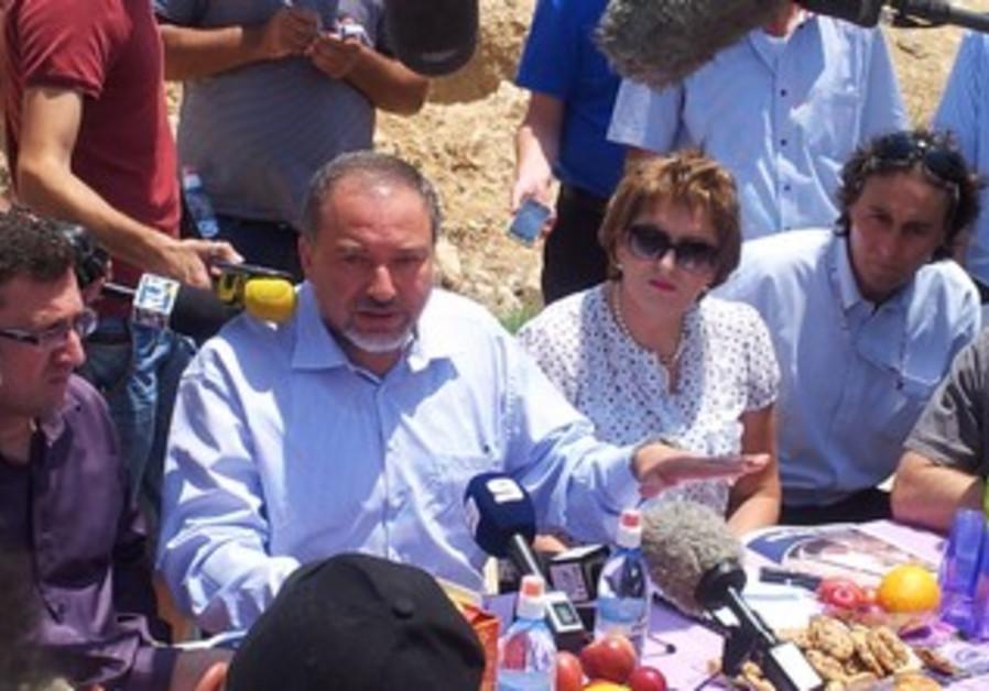Liberman at press conference in al-Zarnug