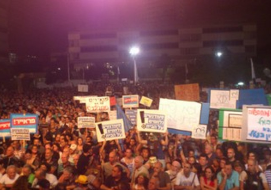 Tel Aviv protesters call for universal service