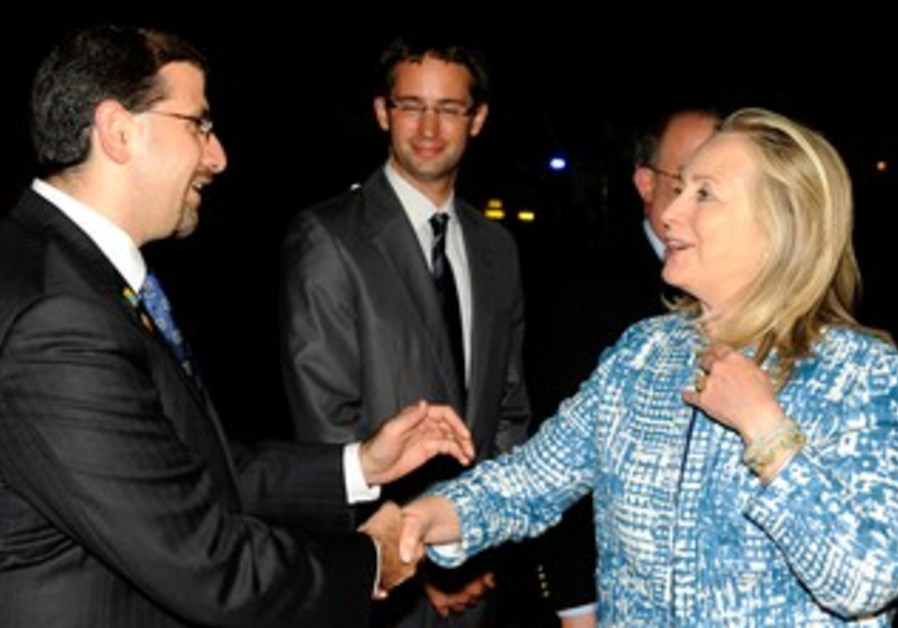 Shapiro meets clinton as she arrives in Israel