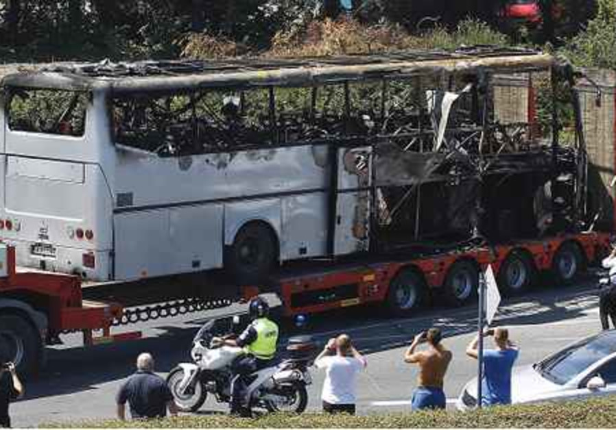 Le bus réduit en cendres par l'attentat-suicide