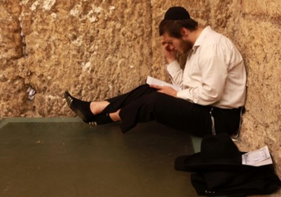Haredi man at Western Wall marks Tisha Be av