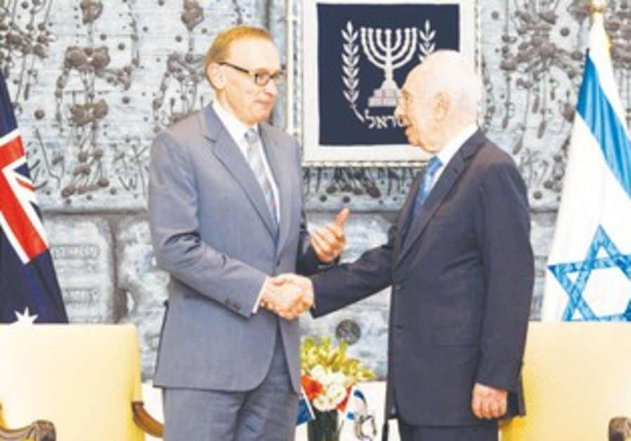 Bob Carr shakes hands with President Shimon Peres