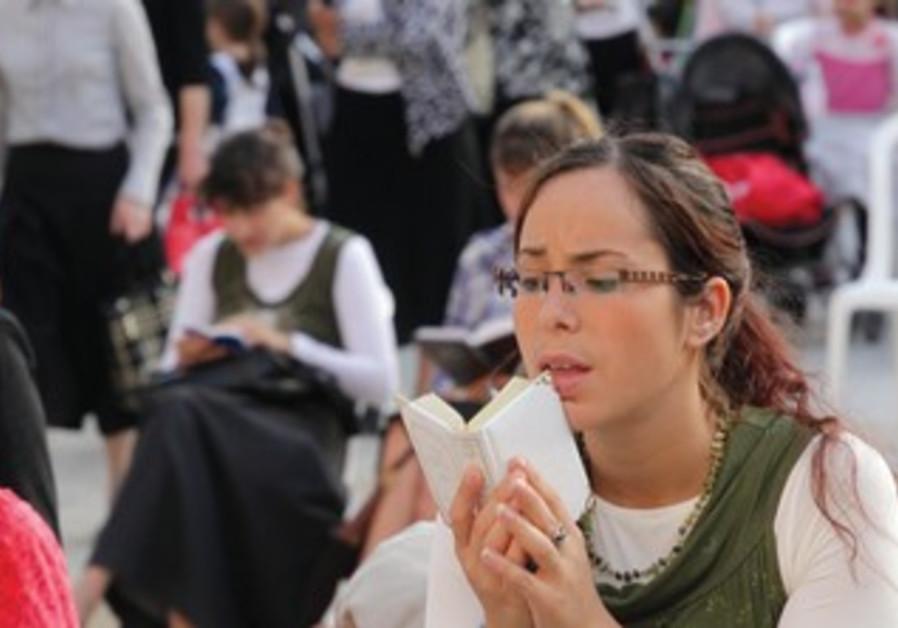 Women praying at Western Wall