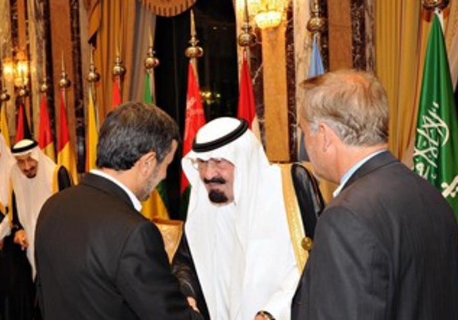 Abdullah, Ahmadinejad shake hands at OIC