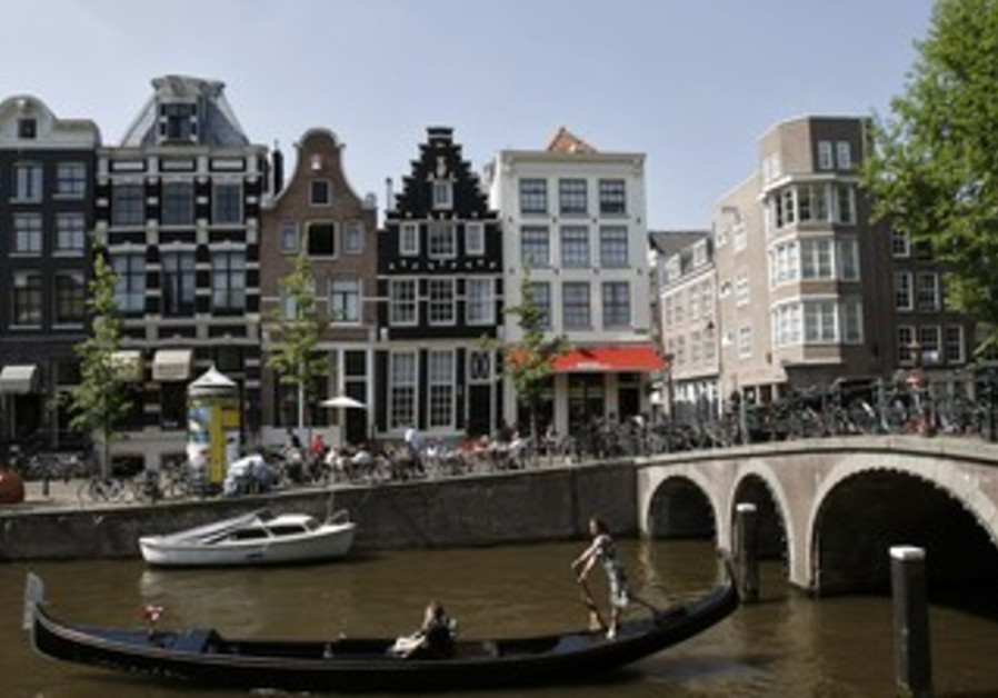 Amsterdam celebrity tour guide advises left parties to kick out some Jews