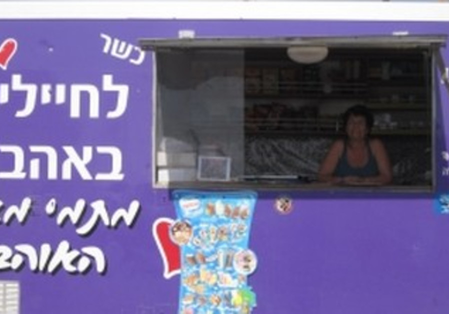 Tami Muyal's food truck on Sinai border