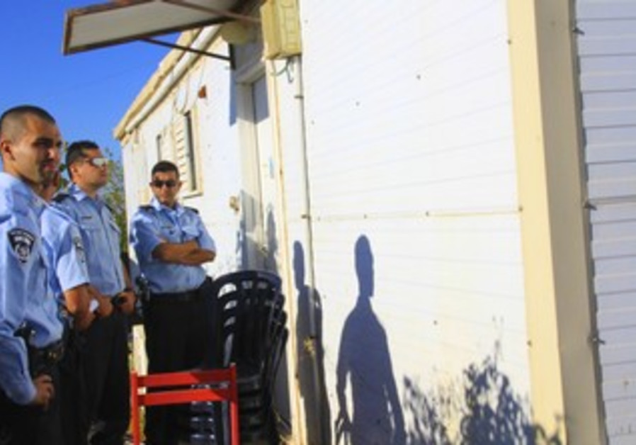 Police give eviction notice at Migron caravan