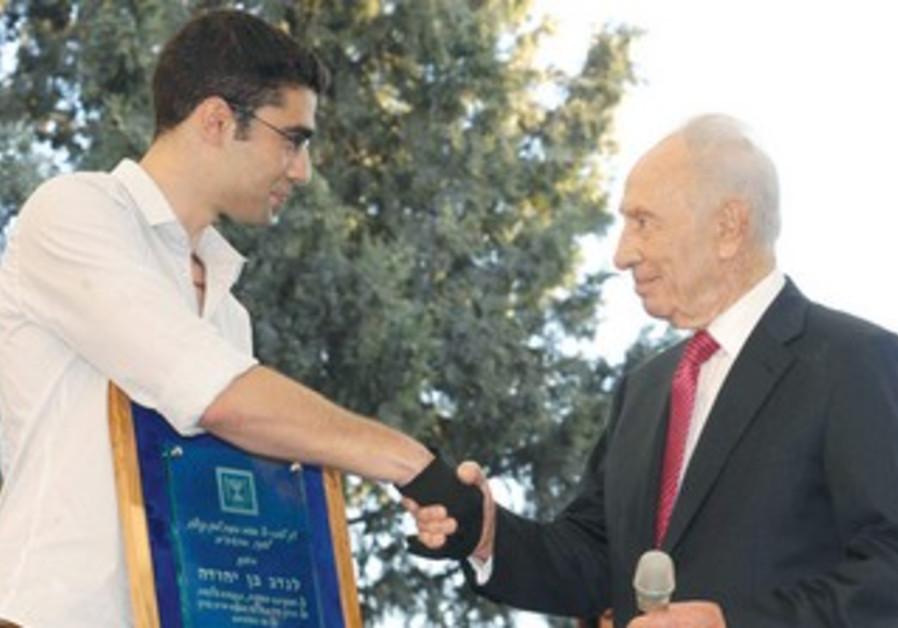 Peres awards Everest hero Nadav Ben-Yehuda