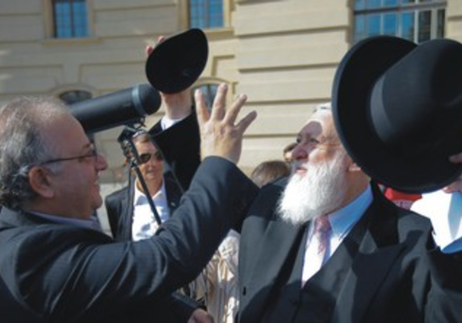 RABBI  gives his kippa to head of Turkish communit