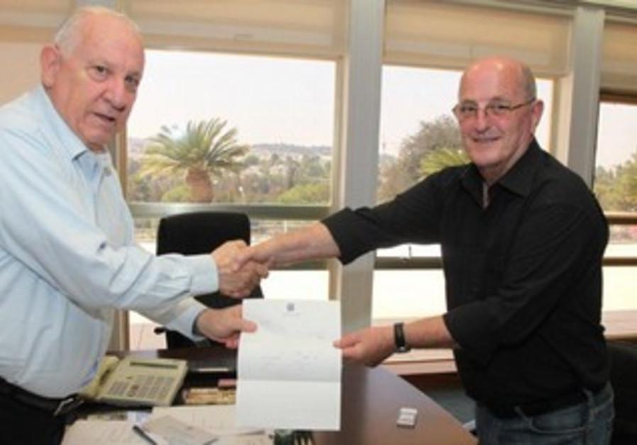 Yossi Peled hands resignation to Reuven Rivlin