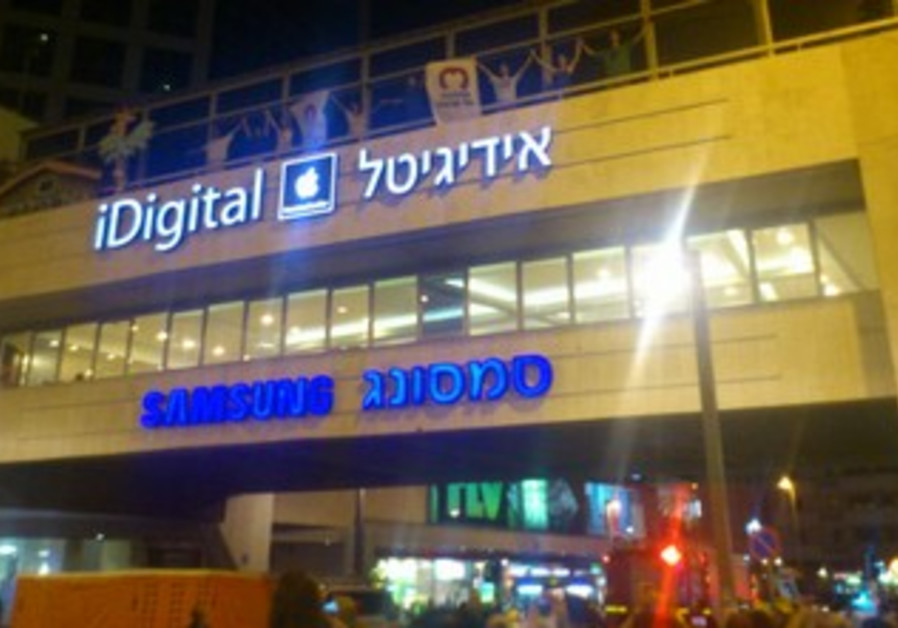 Social justice protesters on Dizengoff Center brid