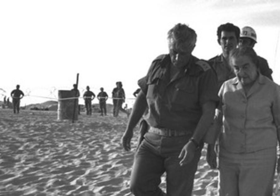Golda Meir, Ariel Sharon walk in Sinai in 1973