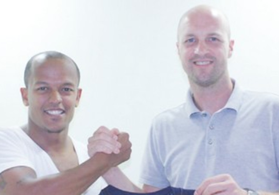 Jordi Cruyff, newly signed striker Robert Earnshaw