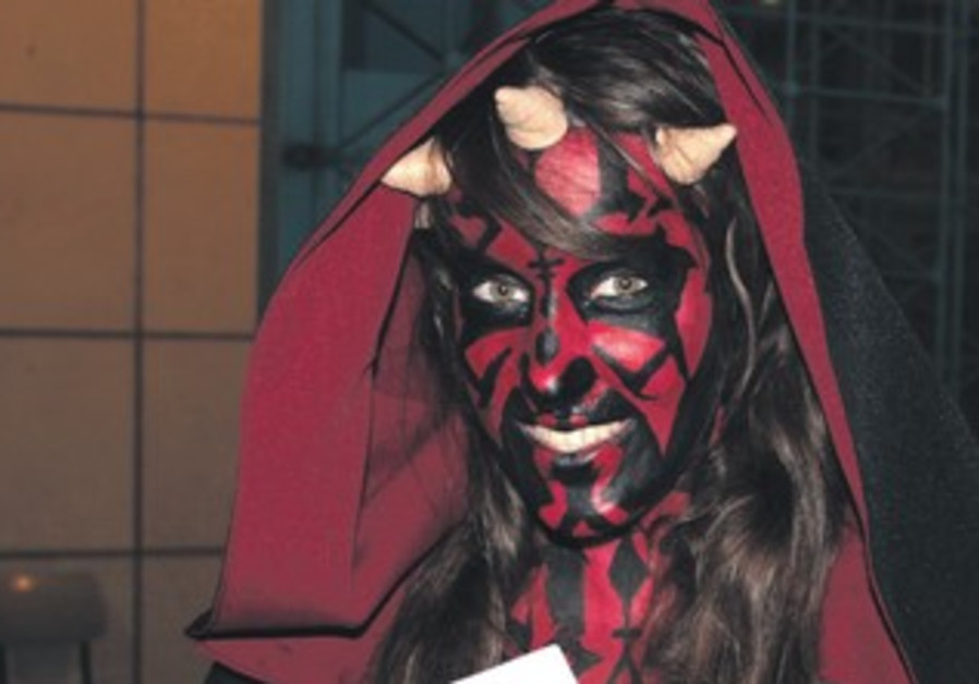 A woman dressed at Darth Maul  with ICon program