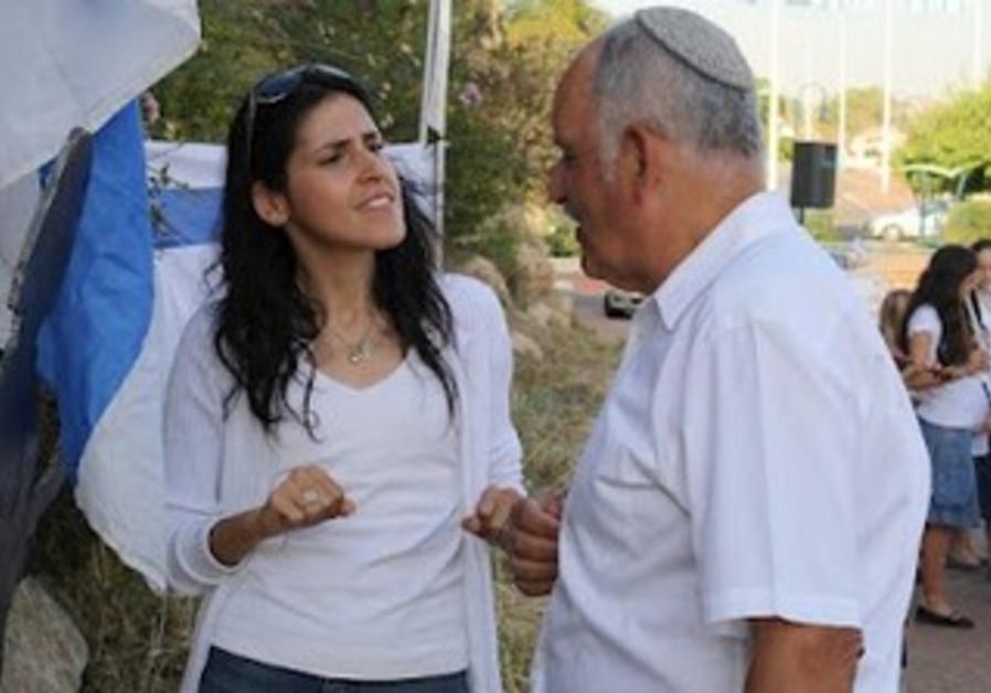Carolina Tannenbaum Baruchi talking to deaf person