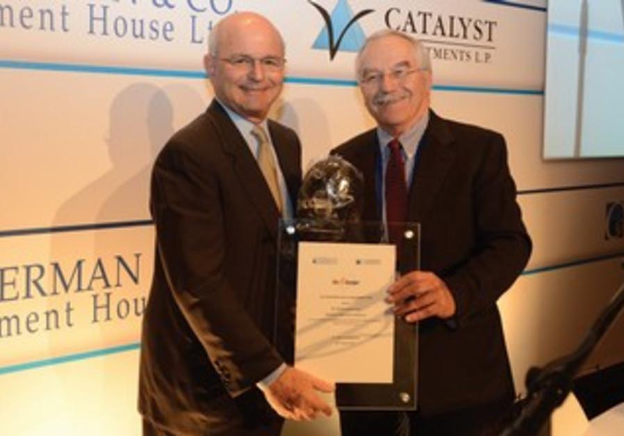 Michael Federmann recieves award from Yair Shamir