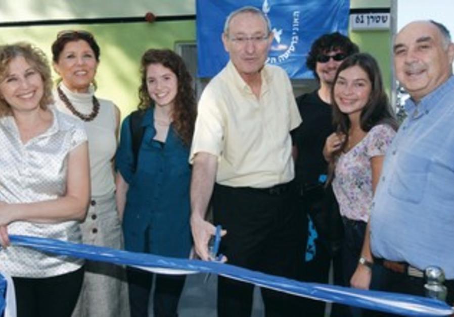 Hebrew U Pres. Menachem Ben-Sasson at ribbon cutti