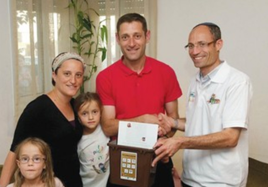 Gush Etzion family receives recycling training