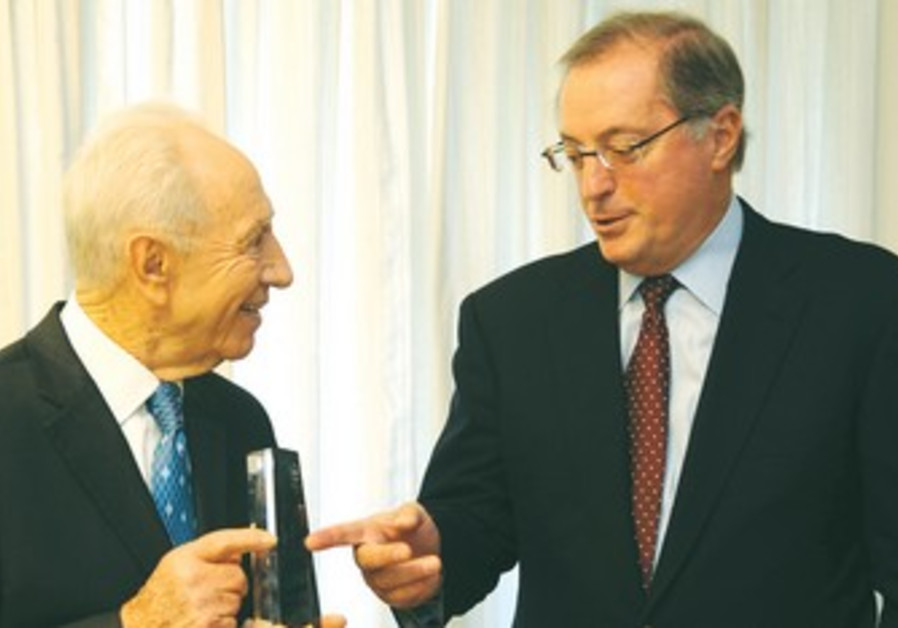 Shimon Peres with Intel CEO Paul Otellini.