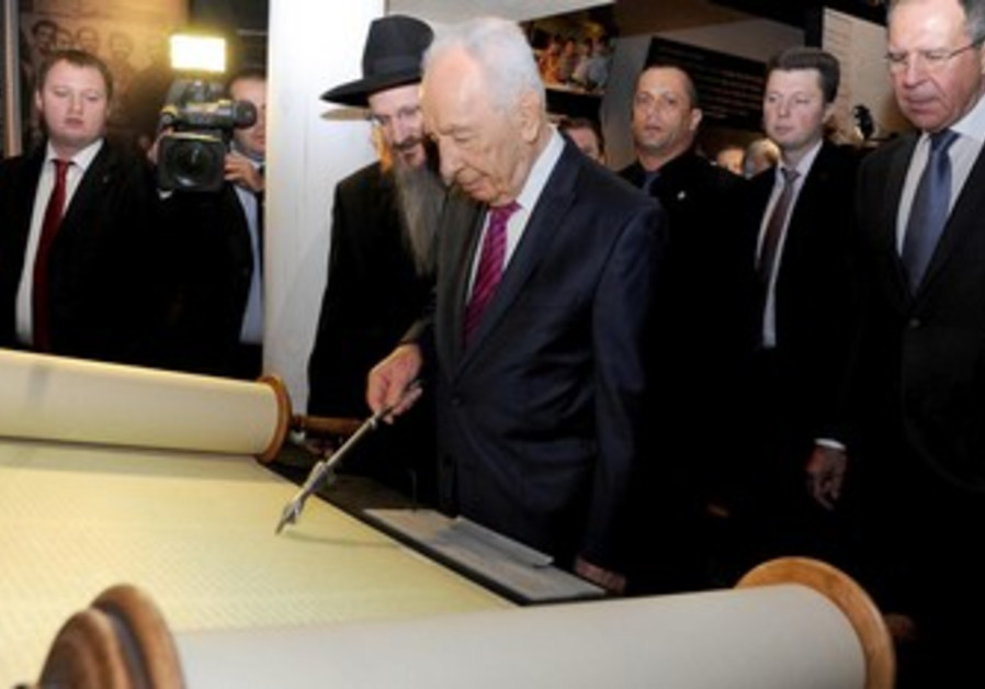 President Shimon Peres readsTorah at museum.