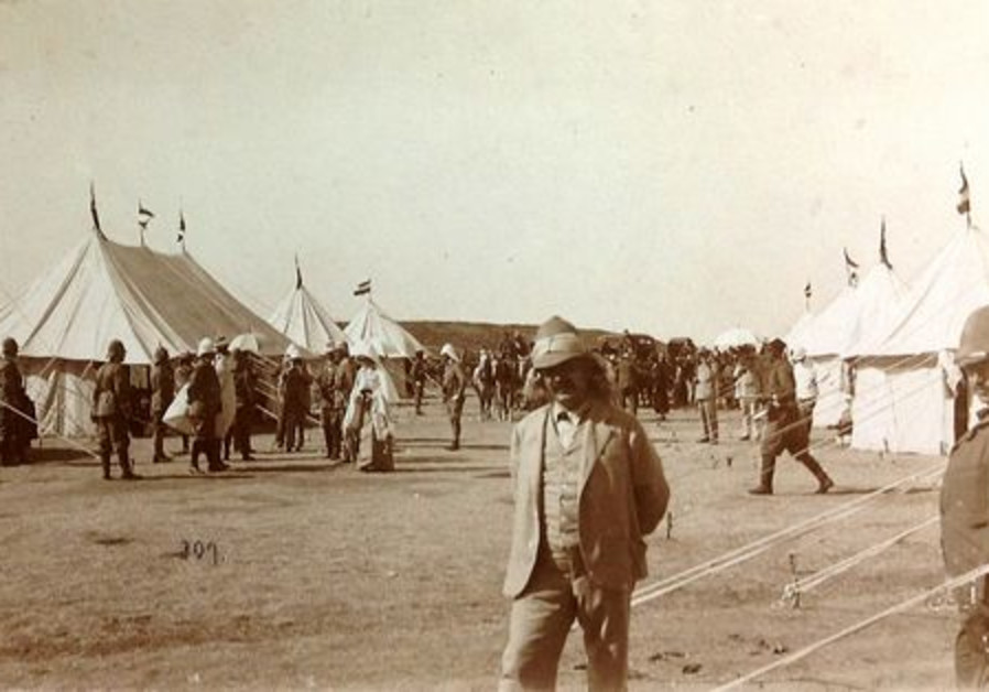 Le Kaiser, entouré de ses tentes…