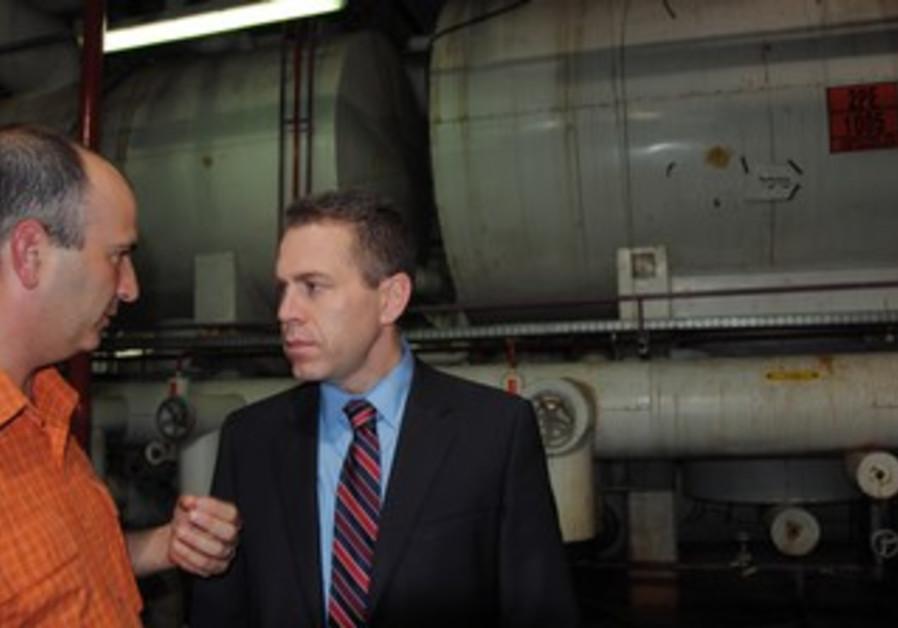Gilad Erdan visits a factory in Kiryat Malachi