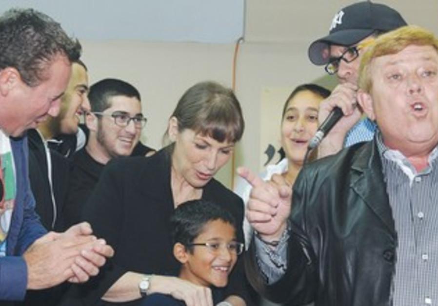 Likud Minister Livnat with kids in Ashkelon